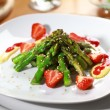 Caramelized asparagus with strawberry — Stock Photo