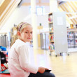 Child reading in library - Lizenzfreies Foto