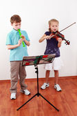 Kids playing flute and violin — Stock Photo