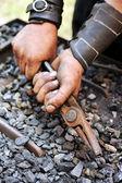 Détail de sales mains tenue pince - forgeron — Photo