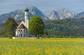 Kerk in het voorjaar — Stockfoto