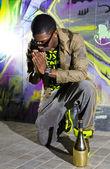Homme noir offre des prières — Photo