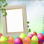 Cadre printemps ou de pâques avec des oeufs de pâques colorés — Photo