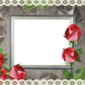 Moldura de prata sobre fundo de papel velho e rosas — Fotografia Stock