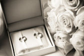 Wedding rings in a box with bouquet — Stock Photo