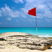 Red flag on the beach in Cancun — Stock Photo