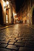 Callejón estrecho con linternas en praga en la noche — Foto de Stock