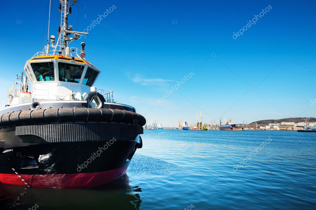 Small tug ship in port, Gdansk / Poland. Shipyard in the background. — Stock Photo #5855825