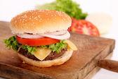ハンバーガーとカッティング ボード — ストック写真