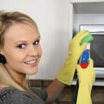美丽的女人清洗厨房 — 图库照片