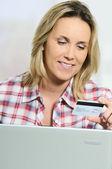 Kreditní karta a počítač — Stock fotografie