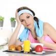 Sportive woman having breakfast — Stockfoto