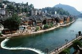 Un hermoso pueblo llamado ciudad phenix en la provincia de hunan de china.the río int — Foto de Stock