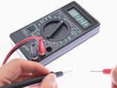 используйте мультиметр метраж батареи. — Стоковое фото