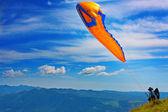 Gleitschirmfliegen in den julischen alpen — Stockfoto
