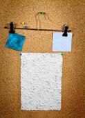 Colección de varios documentos de nota en tablero de corcho — Foto de Stock