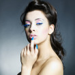krásná žena s jasně líčení a manikúra — Stock fotografie