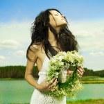 piękna dziewczyna nosi wieniec kwiaty — Zdjęcie stockowe #5962096