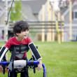 dört yaşında bir çocuk walker bir bahçesi yakınında duran devre dışı — Stok fotoğraf