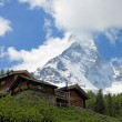 Wooden houses in front of famous mountain Matterhorn — Stock Photo