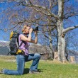 Pretty woman takes outdoor pictures — Stock Photo