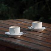Zwei weiße leere kaffee espressotassen auf tisch — Stockfoto