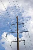 Pylône électrique et la ligne de haute tension câbles câbles isolants — Photo