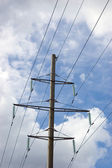 Electricity pylon mast, summer sky and clouds — Foto Stock