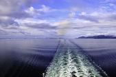 船の後ろに目を覚ます — ストック写真