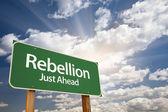 Nuvens e sinal de rebelião estrada verde — Foto Stock