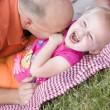 milující tatínek lechtá dcera v parku — Stock fotografie