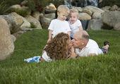 Aanhankelijk paar kus als schattige tweeling kijk op — Stockfoto