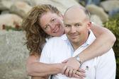 Retrato de pareja atractiva en el parque — Foto de Stock