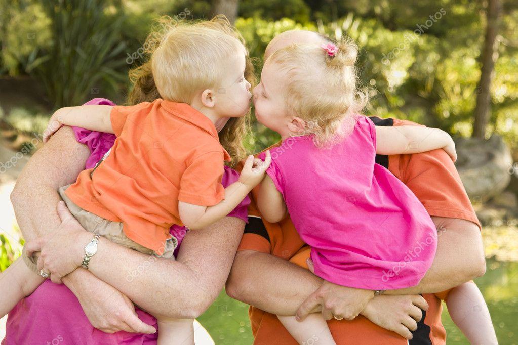 брат с сестрой занимаются любовью пока родители в гостях видео