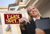 Real Estate Agent with Keys in Front of Sold Sign and House — Stockfoto