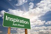 Inspiration grüne schild gegen wolken — Stockfoto