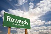 Récompenses vert contre les nuages, le panneau de signalisation routière — Photo