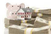 Casa pequena e mealheiro com dinheiro de pilhas — Foto Stock