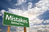 Hatalar, arkandaki yeşil yol levhası — Stok fotoğraf