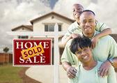 Familia afroamericana, casa y cartel vendido — Foto de Stock