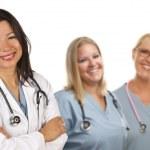 İspanyol kadın doktor ve arkadaşları onun arkasında — Stok fotoğraf
