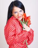 Kırmızı çiçekli bir kadın portresi — Stok fotoğraf