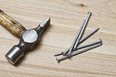 古いハンマーと釘 — ストック写真