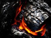 Ognisko z rozżarzonych węglach — Zdjęcie stockowe