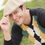 yakışıklı adam şapkasını devrilme — Stok fotoğraf #5463255