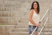 Mujer joven en una escalera — Foto de Stock