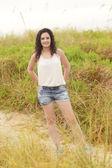 Jonge vrouw in de duinen van het strand — Stockfoto