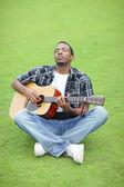 Müzik parkta oynayan adam — Stok fotoğraf