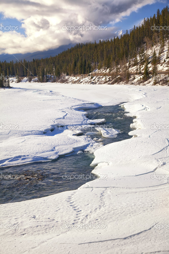 A frozen river starting to thaw in springtime in the wilderness of Jasper National Park, Alberta, Canada. — Stock Photo #5414229