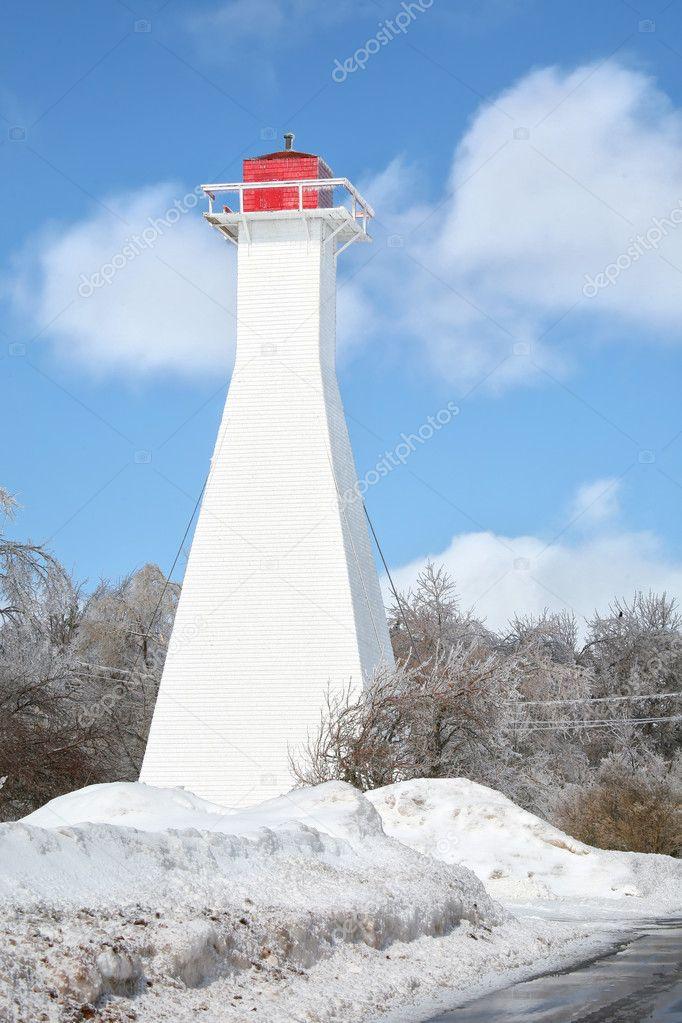 一座灯塔被冰覆盖的雪覆盖景观在萨默塞德,爱德华王子岛省,加拿大— p